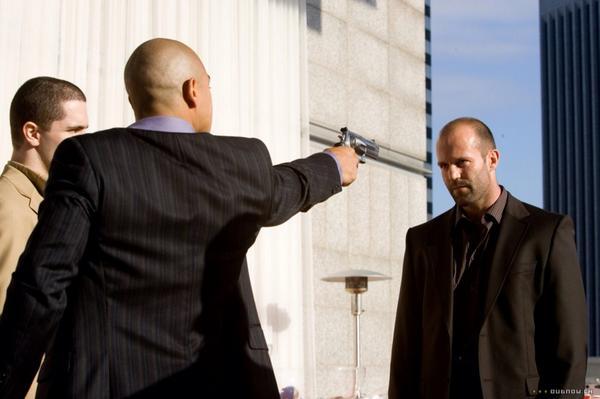 Q.就職試験の面接のために勇気が欲しいです。勇気が湧く方法を教えてくださいステイサムさん。  ステイサム「拳銃を突きつけられるよりマシだと思え。」