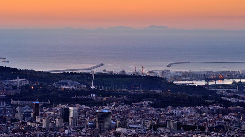 Avui un cop més s'ha pogut veure Mallorca des de Barcelona, i uns núvols rogencs magnífics http://t.co/Dql6AGY0Cz http://t.co/UgHsoT5PsD