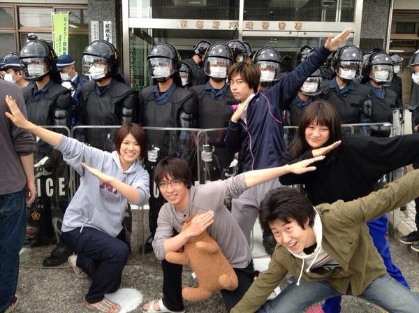 """@nnaaoo99: ""@jingujiko: 機動隊をちゃかして記念撮影し、ネットにアップ@NO_NAME_POEM 抗議の漢字間違えて立て看板作る @maitomomo http://t.co/oqDhzcptHw""""  落ちた京大⁈"