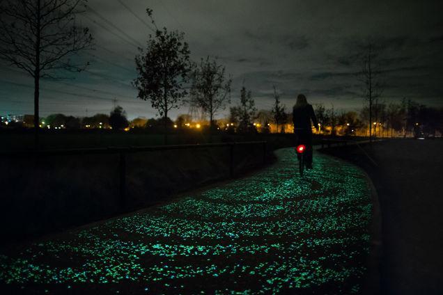 オランダで。自転車用道路が光ってくれます。不思議な色。走ってみたいですね。@Gizmodo: The worlds first glow-in-the-dark bike path  gizmo.do/Bg7Au6m pic.twitter.com/5D6q48pn1h
