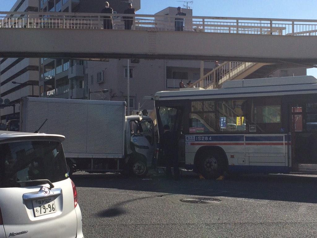 大渋滞だと思ったら、交差点でバスとトラックの衝突事故꒰꒪꒫꒪⌯꒱ pic.twitter.com/IGSjEE0jTe