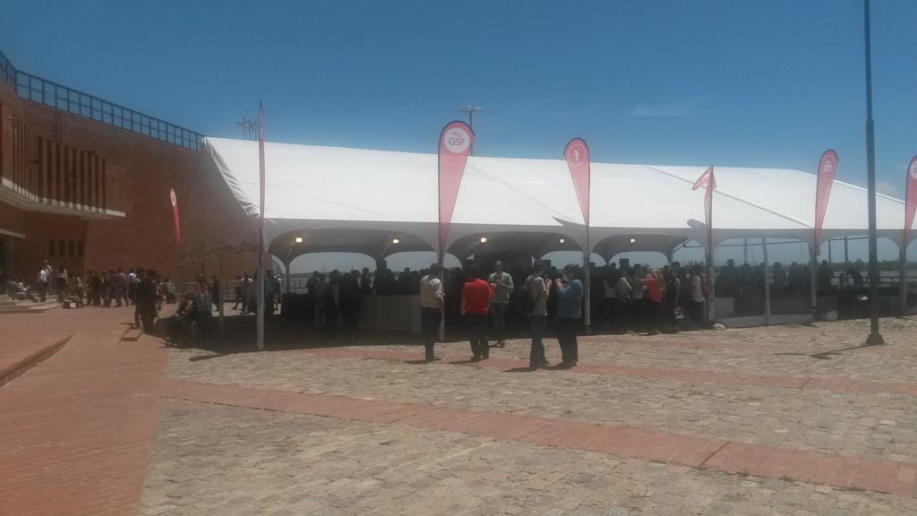 Ya a full en el #SMDayRos. Miren la carpa del evento! #Larga #ComoLaMia http://t.co/p0m5DQFVkv