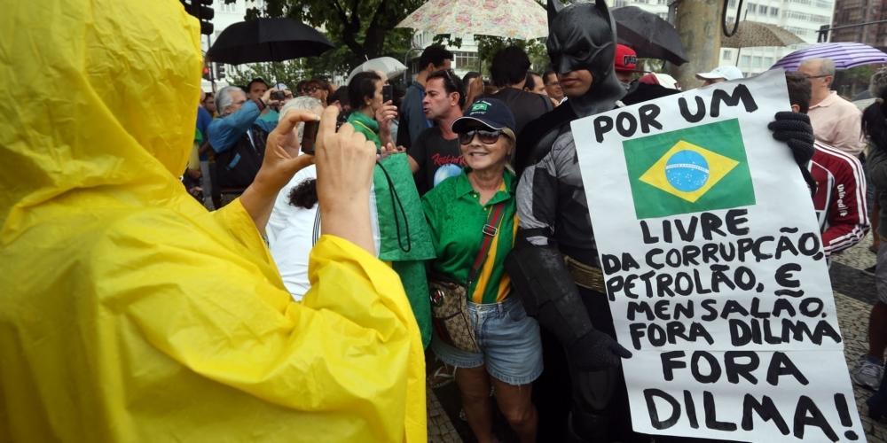 RJ: Protesto contra o PT e escândalos de #corrupção reúne centenas de manifestantes http://t.co/47M3QWU2DK http://t.co/dbafLEDHDv