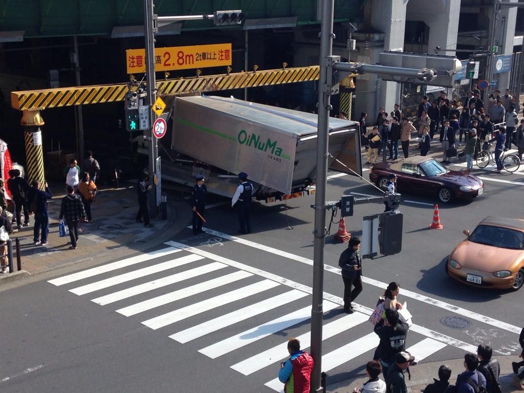 秋葉原でめっちゃすごい音してびっくりしたらトラック突っ込んでた pic.twitter.com/tfJO8hJL1u