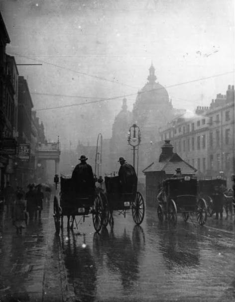 Rainy London 1890s. http://t.co/KqmoAPLiPe RT @VeryOldPics @ang591 @ghani_b