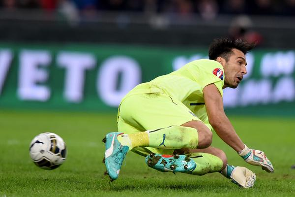la foto con la papera di Gigi Buffon in Italia Croazia 1-1 Video Gol Highlights