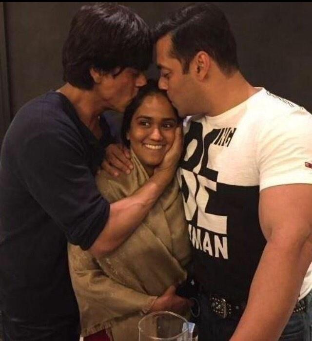 Shahrukh Khan visit Salman Khan Sister Arpita Khan Marriage Function