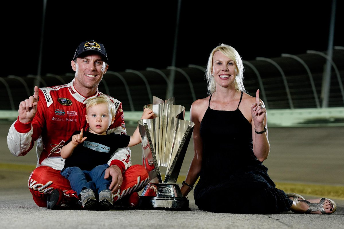 """""""@NASCAR: Good news, Harvicks: No more wondering what photo you'll use for your Christmas cards. pic.twitter.com/d6o1Ym6nsB"""" Goals."""