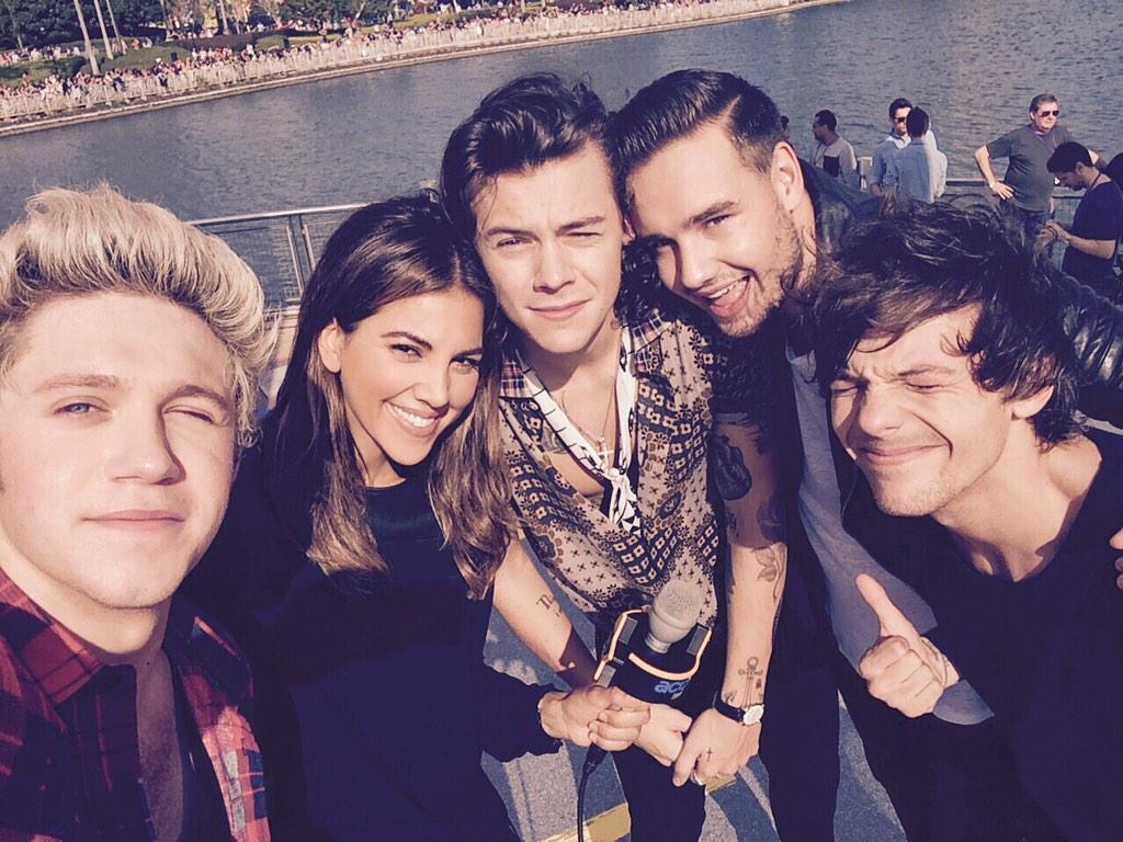 We go behind the scenes with @onedirection on @accesshollywood! #FOUR http://t.co/vEjtc9KlDZ