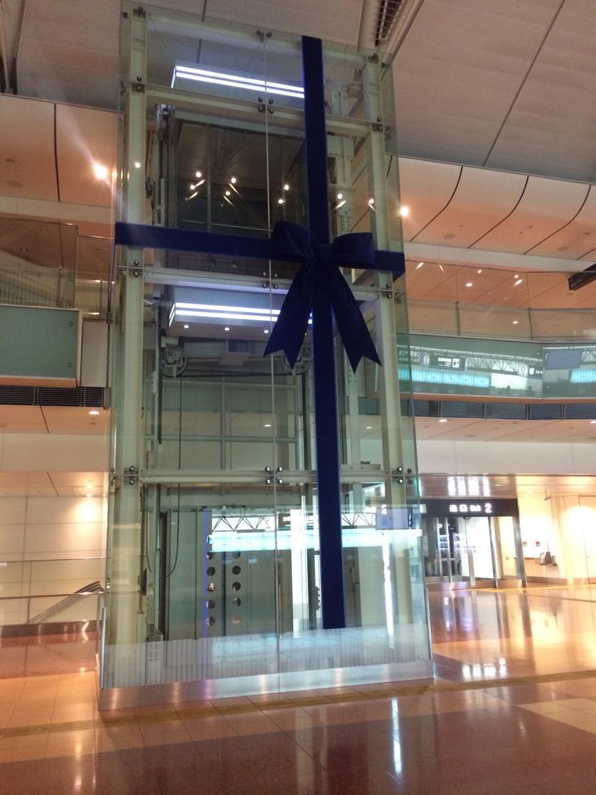 そういえば、羽田空港のエレベーターがプレゼントラッピングされてました。正直、頂いても使い道が見当たりません。 http://t.co/atbNxPWS8i