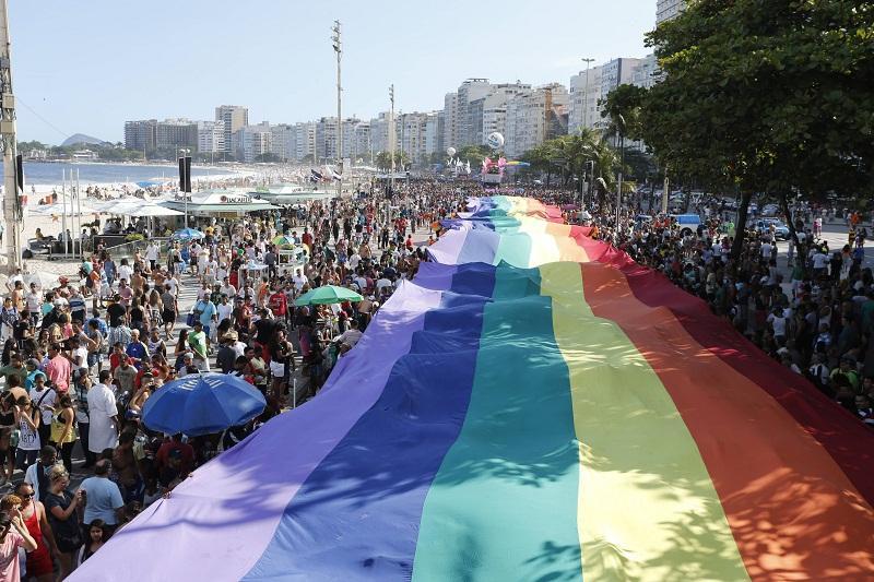 Igreja distribuiu panfletos com 'Sorria, Jesus te aceita' na Parada Gay. http://t.co/vqH7OOTqVT  [@Ancelmocom] http://t.co/BE7mgb0ehv