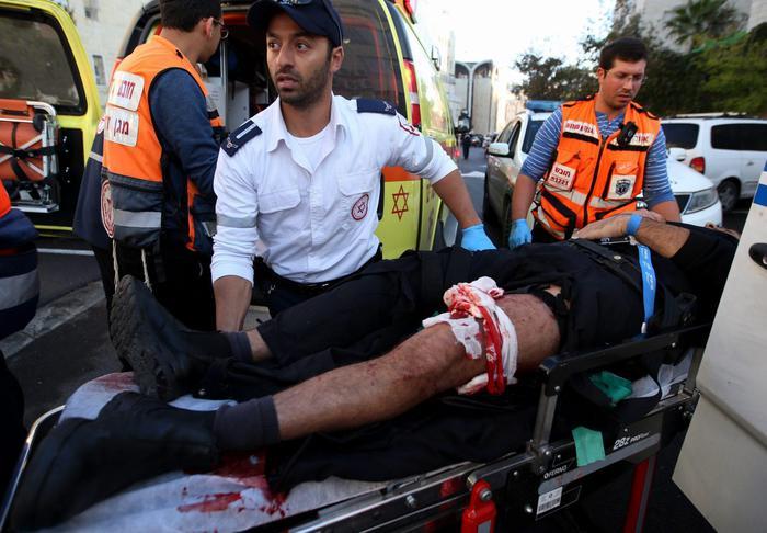 #Gerusalemme, attacco terroristico a una sinagoga: 4  morti. #Hamas si felicita per attentato http://t.co/ZZ7twosKfS http://t.co/fF2PNPCSFB