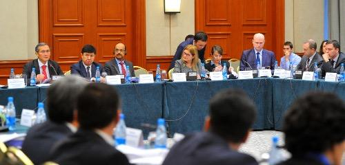 2/2 #Kyrgyz PM Otorbaev promotes #opengov at round table w/business, gov, NGOs @WorldBank @undpkg #opendatakg http://t.co/AwGWFKYyz8
