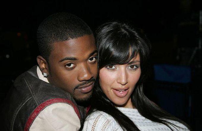 Ray J e Kim Kardashian pelados na cama.
