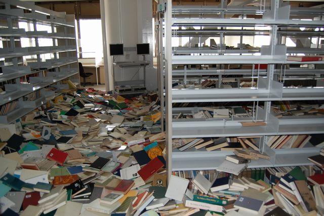 附属図書館の避難訓練は終了いたしました。ご協力ありがとうございました。ちなみに、大きな地震が来ると館内はこんな感じになります。館内で揺れを感じたら、本棚や窓から離れて、身を守ってください。 [gar] http://t.co/dXzvZLLCsN