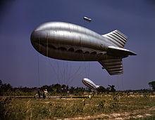 阻塞気球 空に浮かべた気球と地上に結びつけたワイヤーで航空接近経路に物理的にバリケードを作るシンプル極まりない効果を発揮する。BoBではロンドンの空いっぱいに気球が浮かんでいた。なんだかメルヘンチックな光景にも思えるけど防空戦だから