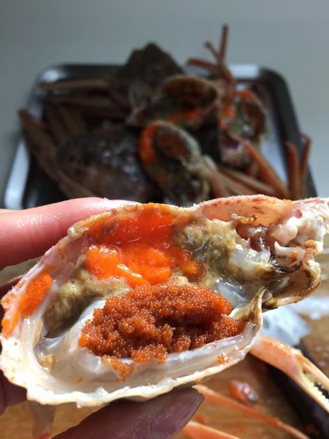生の内子のオレンジ色はエルメスも道を開けるのでは。笑 真っ二つに割ったセコ蟹はお味噌汁に。蟹のお出汁を吸った大根の方が実は主役。 http://t.co/g9BEH4eyfv