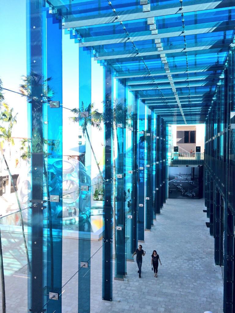 色ガラスを使ったのもはじめてだし、ガラスをこんなに大量に使ったのも初めて http://t.co/OJahd0EYl9