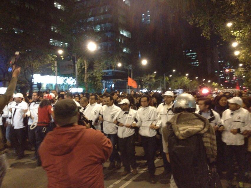 Personal de @CNDH forma valla para sacar a contingentes estudiantiles de la zona de detenciones #1DMX http://t.co/jzfwQGJhpz
