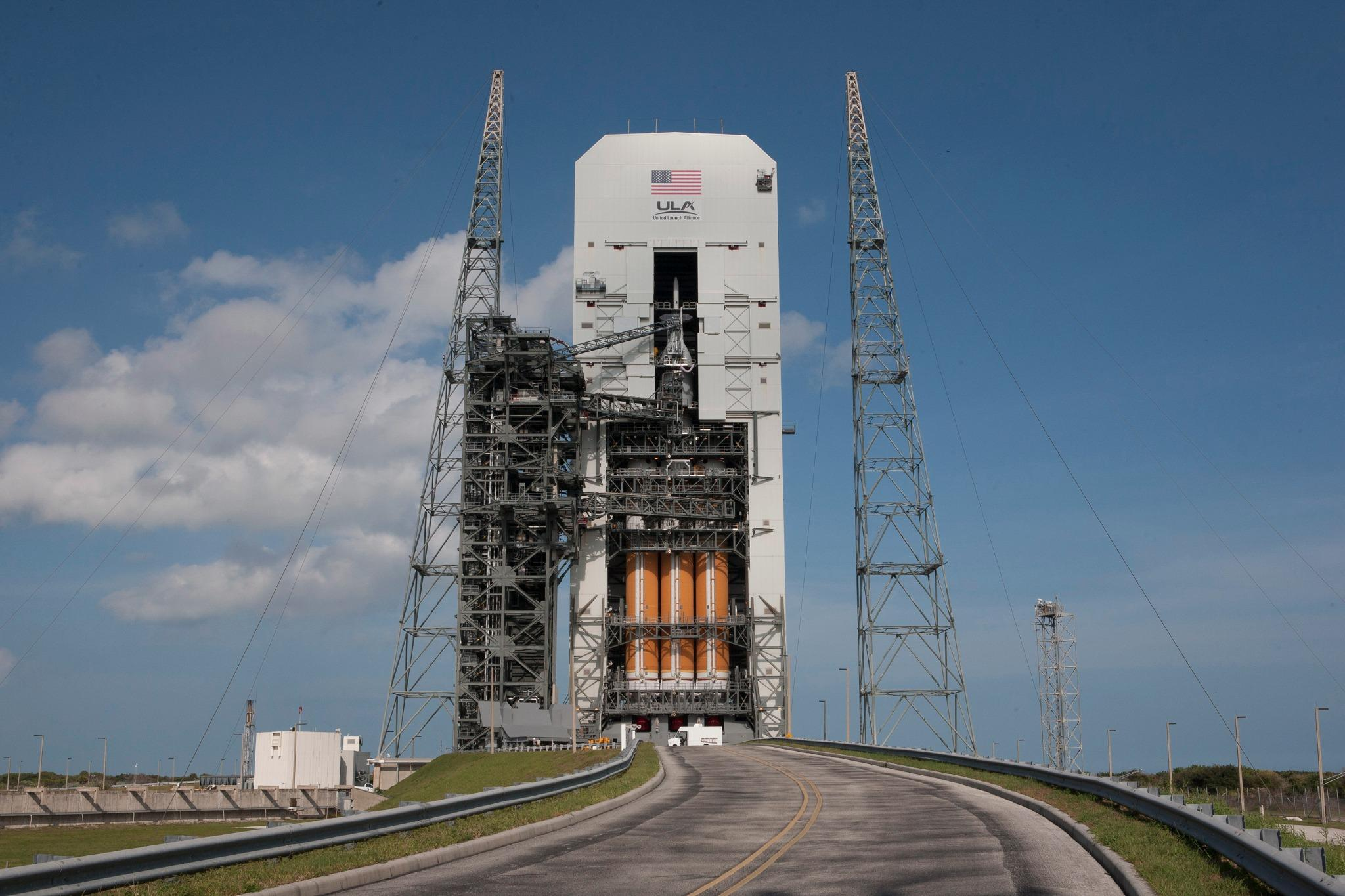 """""""@NASA #Orion is poised for its 1st trip to space.2 days away & weather 60% go: http://t.co/iRAEttfypW http://t.co/vWpyT4GboR"""" I LOVE this"""