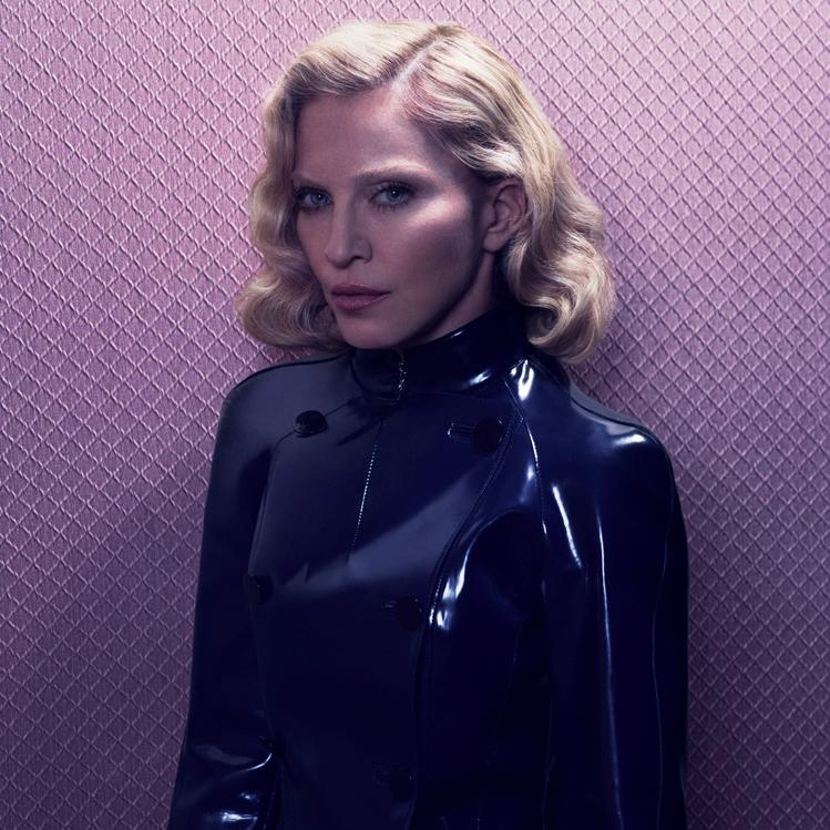 Madonna com jaqueta de couro sexy