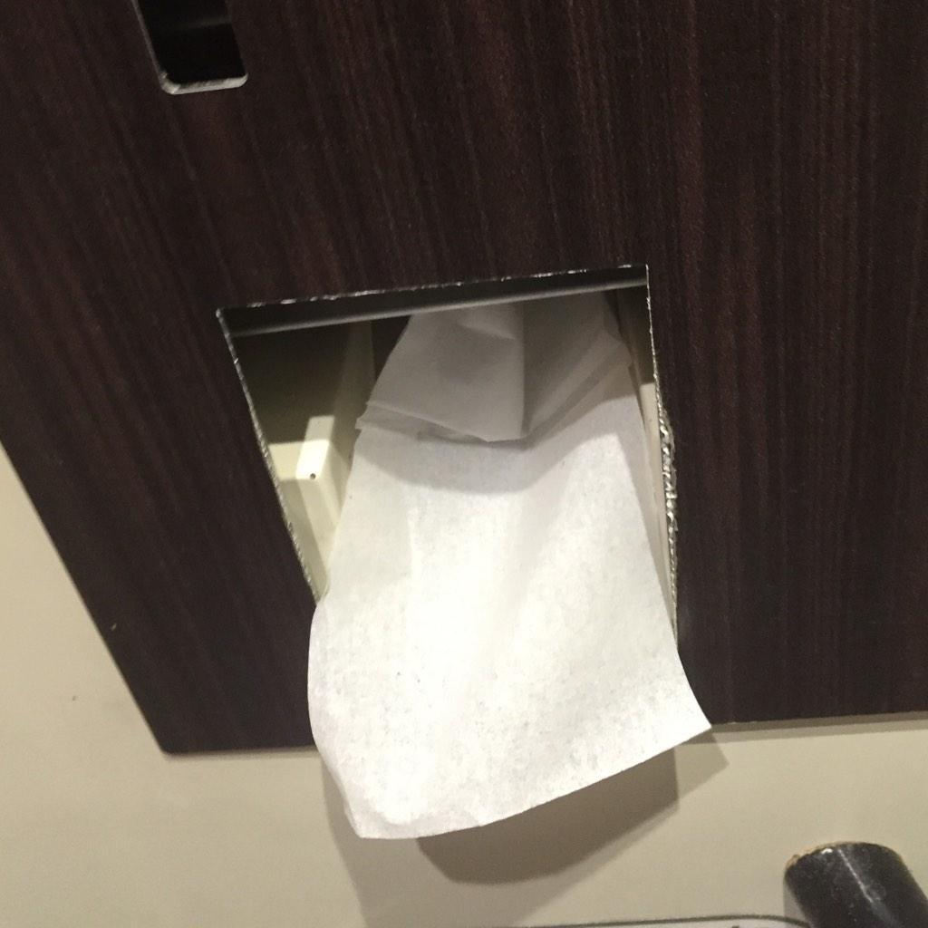 Un joven se queda sin papel higiénico en un tren y lo consigue por Twitter