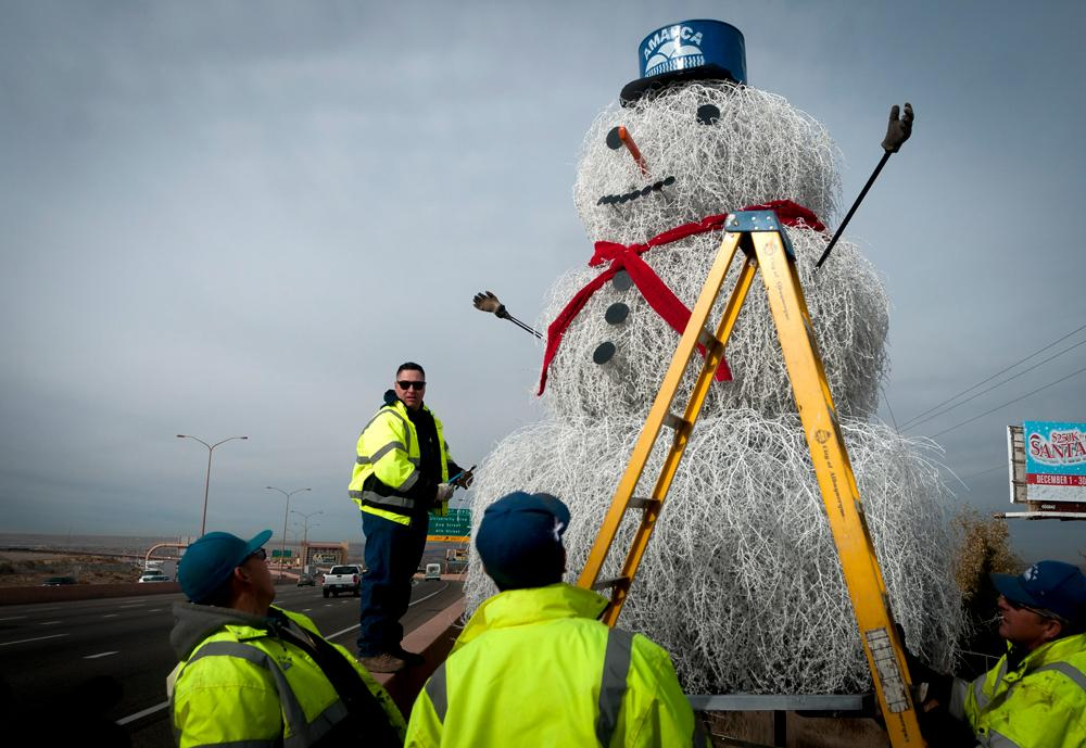Tumbleweed Snowman 2014 arrives in Albuquerque http://t.co/dDBDs05xKy Pic by @marlabq #abq #nm http://t.co/WTZ6EU65Ft