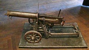 マキシム機関銃 世界初の実用全自動機関銃にして密度を低めつつも古代から続いてきた歩兵横隊を消滅させた元凶。歩兵の横隊突撃がなんどやってもコイツのキルゾーンで中隊ごと全滅する光景がWWI序盤に万単位で死ぬほど繰り広げられ歩兵は変わった