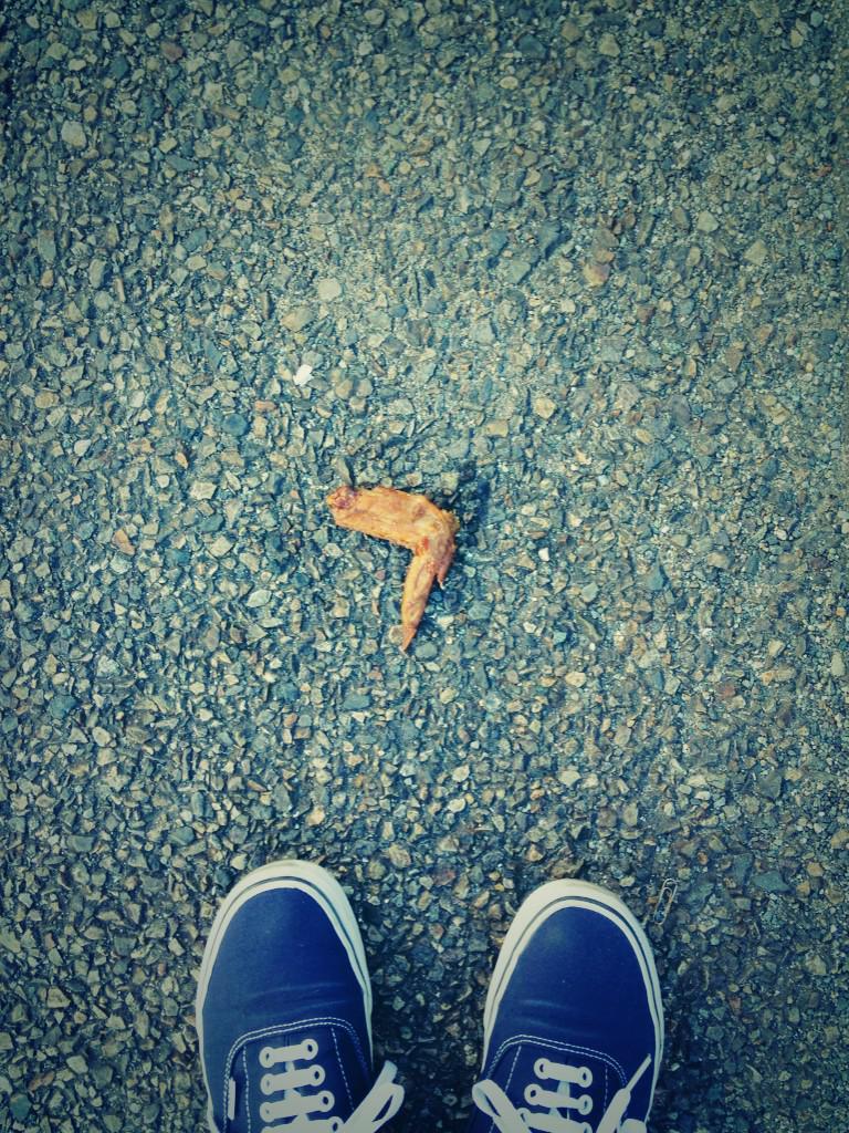 名古屋ではそんなに珍しいことではありませんが、道端に手羽先が落ちてました。 pic.twitter.com/qdKKddijx3