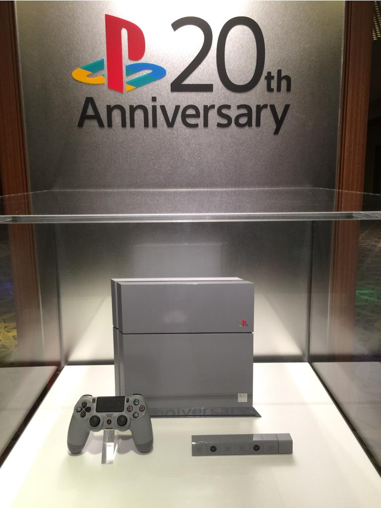 Ugh, this 20th anniversary PS4 is so sick. I want one so bad! Even the controller button is the old color logo!! http://t.co/slHnNAyoxX