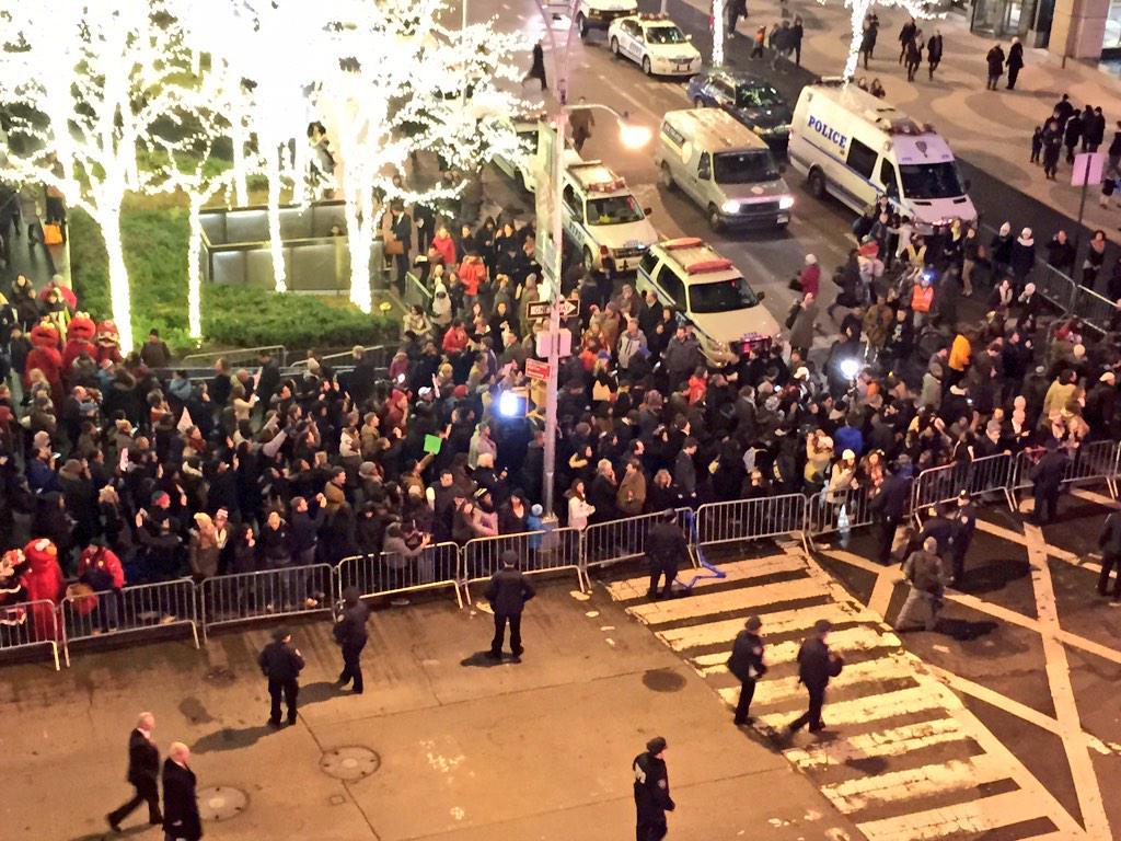 First wave of protesters have arrived at Rockefeller Center #EricGarner http://t.co/cFGsbJOQO5