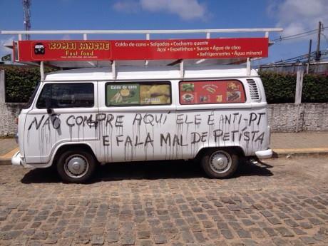 Comerciante anti-PT que teve carro pichado agora vende 'Coxinha Opressora' na 'Kombi-reaça' http://t.co/oodFVJGtCm http://t.co/h4231gzPCq