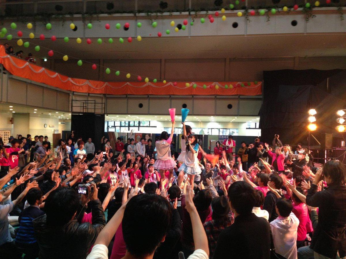 ANNA☆Sの工学院大学 新宿祭楽しかったなぁ。1時間ライブ、ただ見ていたい人、写真を撮りたい人、フリコピしたい人、などファン全体が上手く噛み合っていて誰も嫌な思いをしない現場も珍しい。 http://t.co/47bscPPV3p