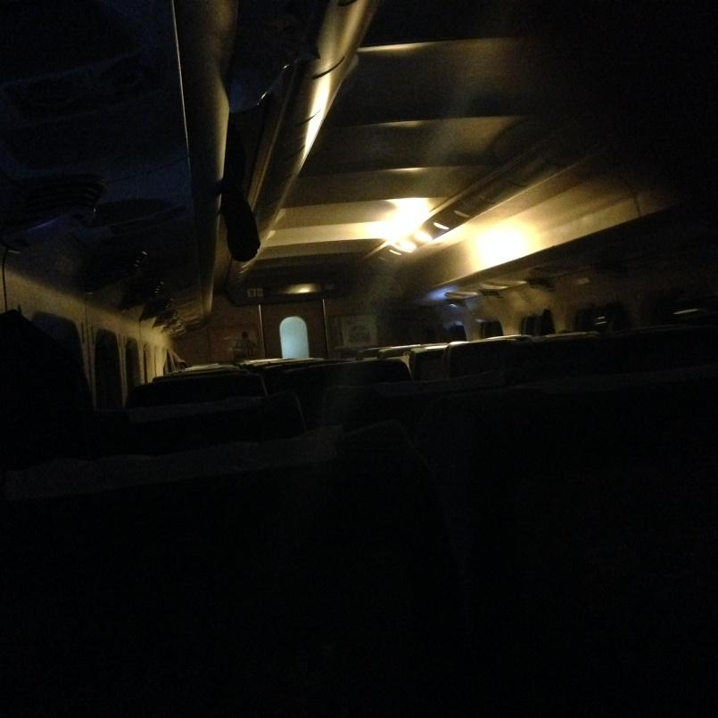 やべー。東京に向かう新幹線が停電で急停止。車内シーン(^^;; pic.twitter.com/QkSJeDrMkm