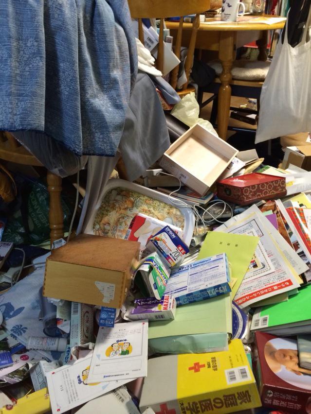 長野北部震度6弱、本棚など倒れ、ガラス散乱。家族は無事。 pic.twitter.com/QcAdO2eZrn