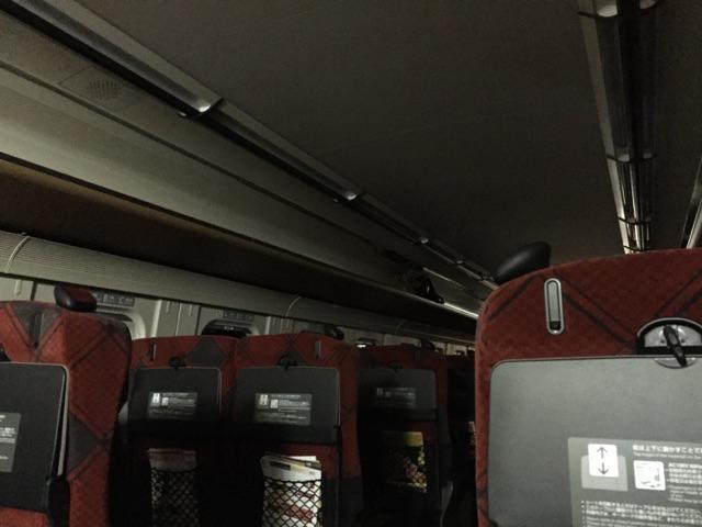 新幹線車内、停電のためこのような様子…。…と思ったら復旧しそうです。 http://t.co/8LXpumnRX4