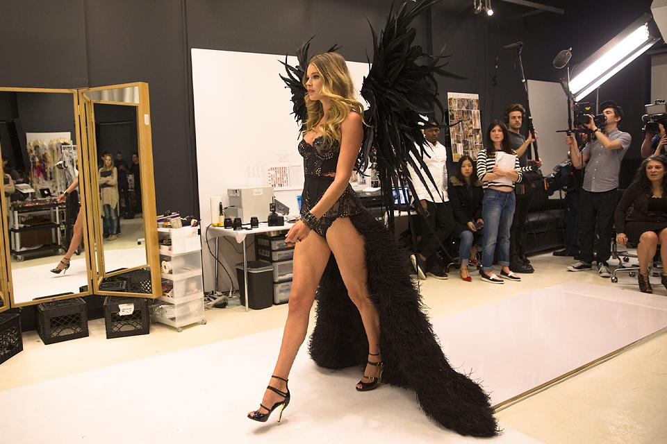 Feathers. Wings. Drama. @doutzen. Can we just have the #VSFashionShow NOW? http://t.co/uRl8QRknai