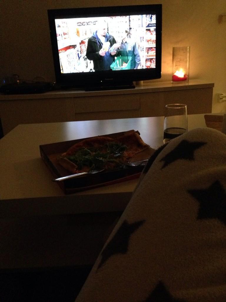 Grannen har fest, jag har myskläder o käkar pizza :)