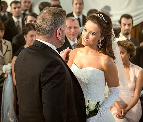 Lacey Chabert wears her own wedding dress in upcoming holiday movie, looks FLAWLESS: http://t.co/HiDoWKYYPO http://t.co/71A8CEn24v