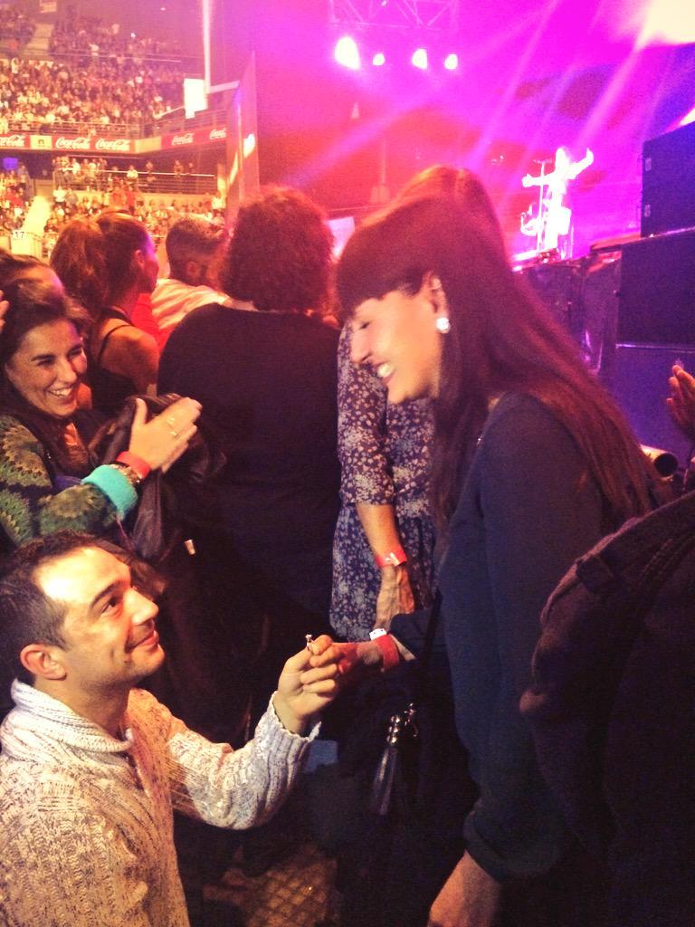 #MaluCuartoBarclaycardCenter Le han pedido matrimonio en mitad del concierto http://t.co/t9lZFRj6Sk