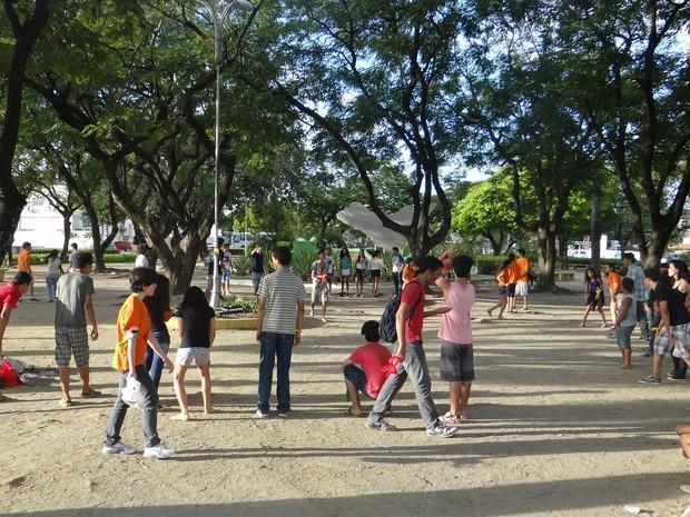 Encontro de sagas literárias reúne dezenas de adolescentes em Maceió http://t.co/rlHcx8Q0Tp #G1 http://t.co/ZVTwSOrDLT