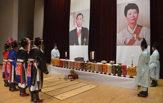 이 사진을 보라 대한민국이 미치지않았는가를.... 이런행사가 전국에 수천개가 넘는다. http://t.co/TkBEor3x4O