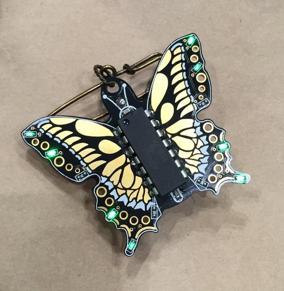 ちょうちょのLEDブローチ買ってみました。美しい! http://t.co/EEoVv4TFWO