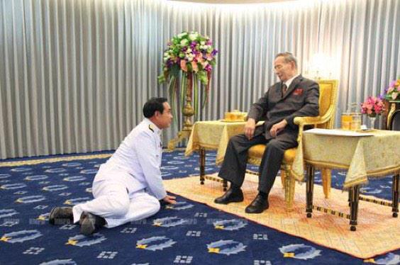 【タイ】首相が国王に謁見、意見を述べるときのスタイル。➡︎W7VOA: Thailand King granting audience today at Sririraj Hospital to PM Prayuth http://t.co/43YIlt2Bt9
