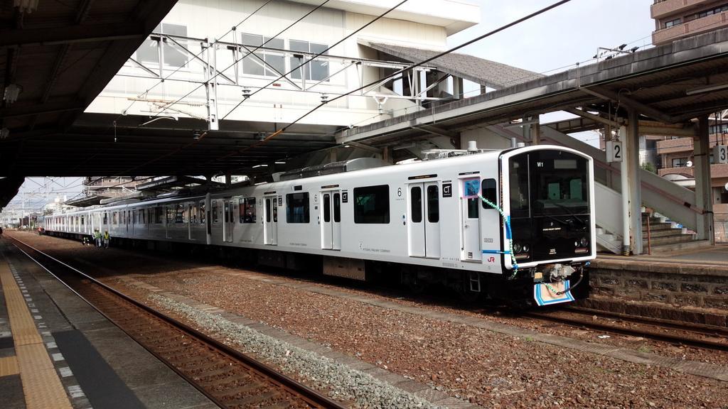 305系下松駅停車中 pic.twitter.com/cP3hfUAtyi
