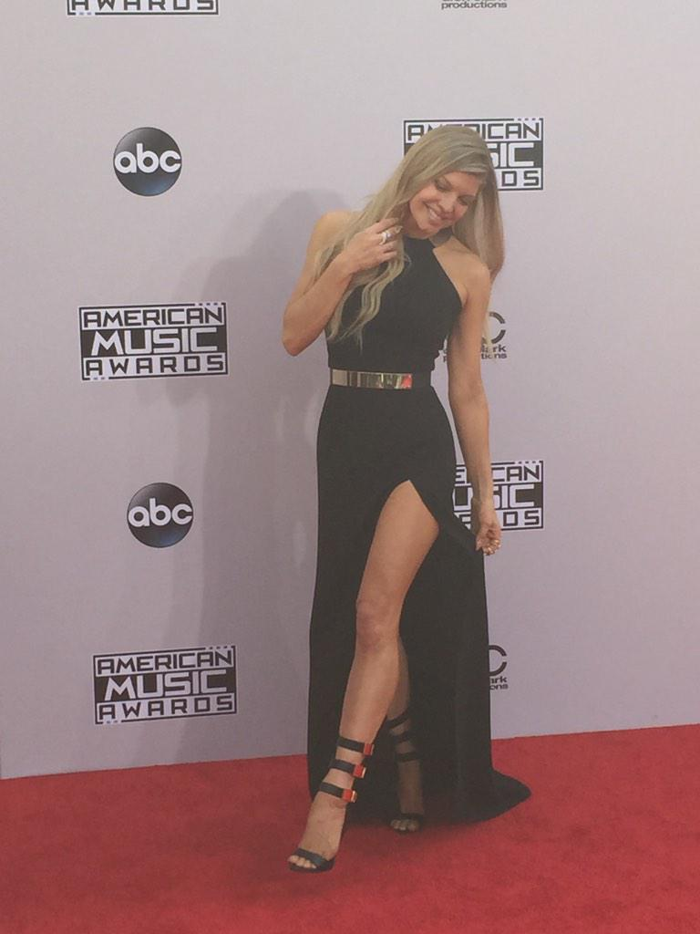 RT @RedCarpetTeam: Fergie shows some leg and #LALOVE on the #AMAs #ERedCarpet http://t.co/xqdjy8iv2W