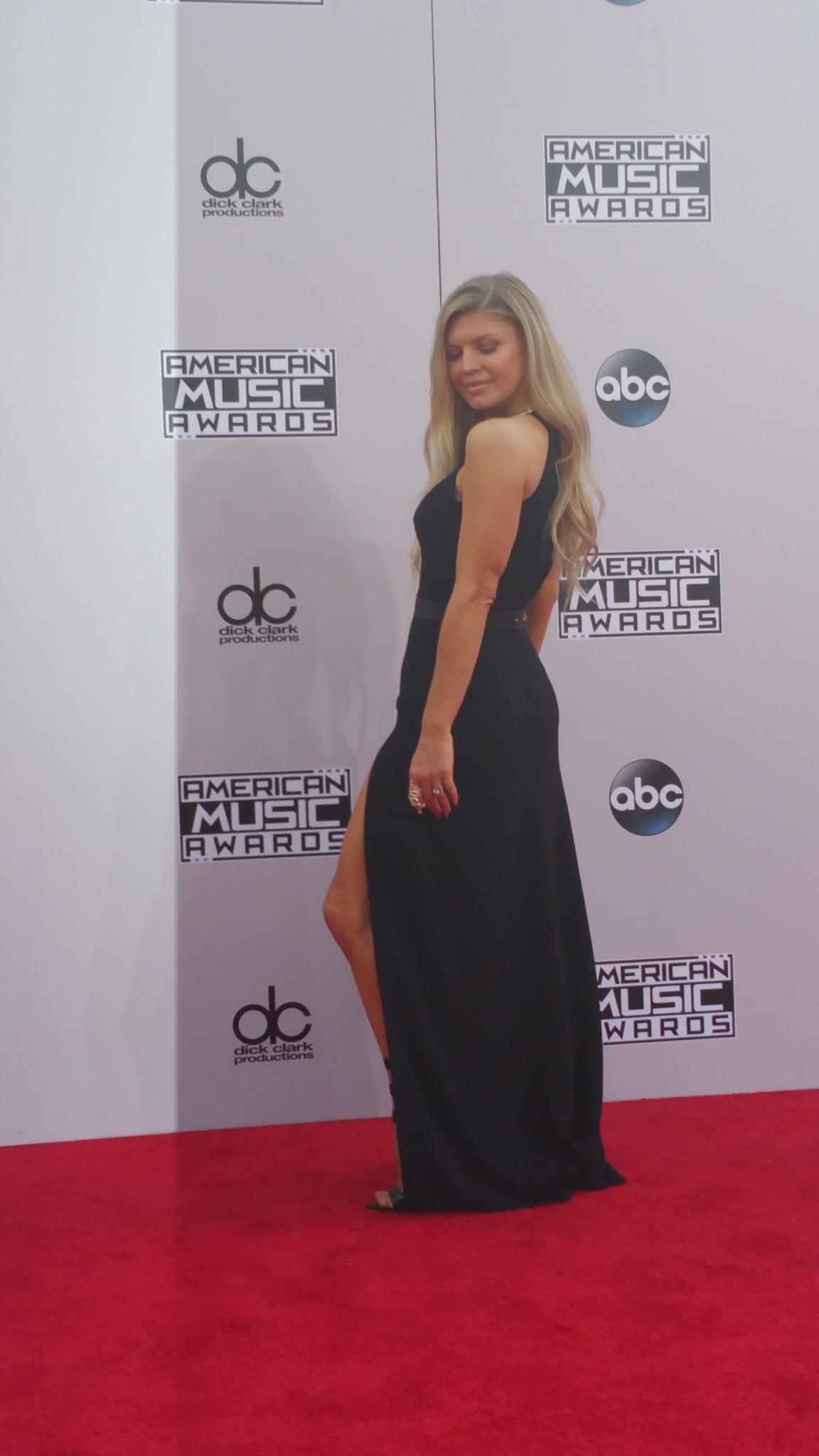 RT @TheAMAs: La-La-LOVE @Fergie's fab-fab-FABULOUS red carpet dress! Fergalicious indeed! #AMAs #LALOVE http://t.co/I1t1oSPP9O