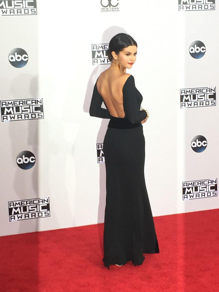 How gorgeous is Selena Gomez? #AMAs2014 #AMAs #ERedCarpet http://t.co/rwsrocrD4N