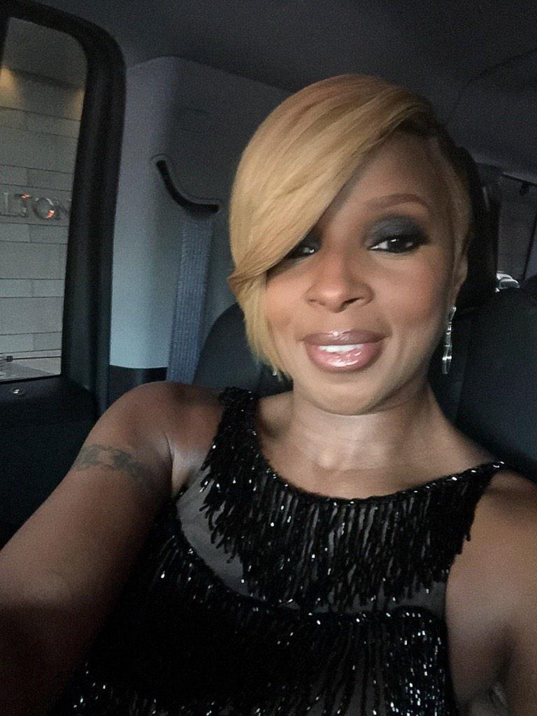RT @eonline: Behind the scenes at the #AMAs: @maryjblige sends us a selfie on her way to the #ERedCarpet--FLAWLESS! #onlyontwitter http://t…