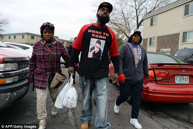 RT @sonsandbros: Mike Brown Sr. is giving back to the #Ferguson community handing out food for Thanksgiving:  http://t.co/diAXcQnATp http:/…